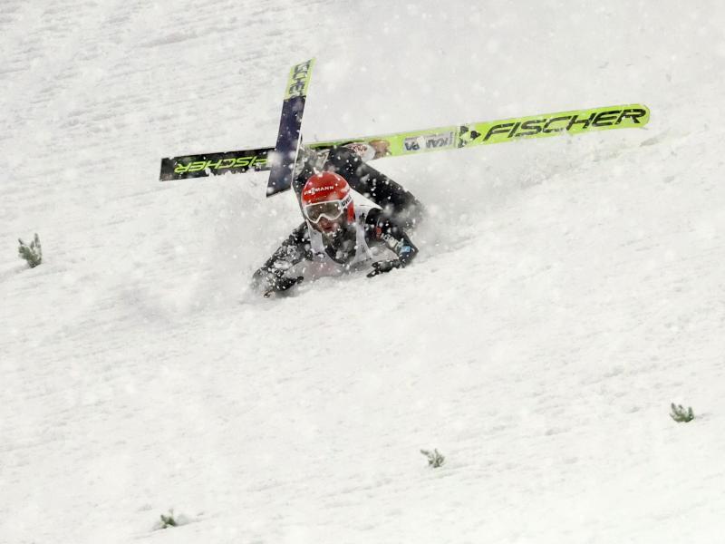 Markus Eisenbichler kommt bei seinem zweiten Sprung zu Fall. Foto: Daniel Karmann/dpa