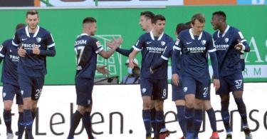 Die Bochumer Spieler jubeln über das Tor zur 2:1-Führung in Fürth. Foto: Timm Schamberger/dpa