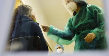 Corona-Test bei einer Lehrerin: Das RKI liefert täglich neu Infizierten-Zahlen. Foto: Frank Molter/dpa