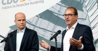 Ralph Brinkhaus und Alexander Dobrindt wollen die Unionfraktion wieder in ein gutes Licht rücken. Foto: Wolfgang Kumm/dpa