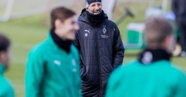 Hat für das Spiel gegen Manchester City «alle wieder an Bord»: Mönchengladbachs Trainer Marco Rose (M) beim Abschlusstraining. Foto: Rolf Vennenbernd/dpa