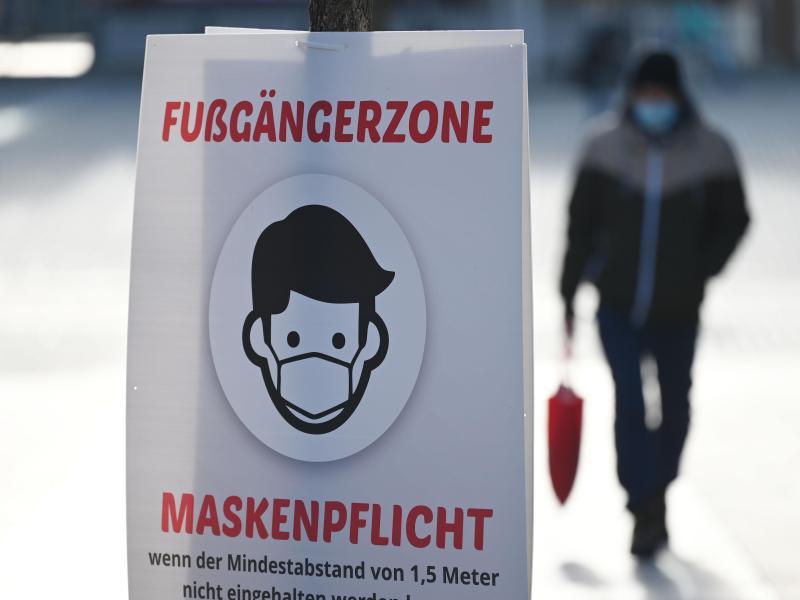 Ein Schild weist auf die Maskenpflicht in der Fußgängerzone von Göppingen hin. Foto: Marijan Murat/dpa