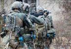 Bundeswehrsoldaten der Eliteeinheit Kommando Spezialkräfte (KSK) trainieren den Häuserkampf und eine Geiselbefreiung. Foto: Kay Nietfeld/dpa