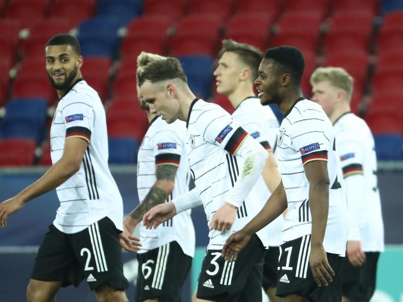 Die deutschen Spieler feiern das Tor zum 2:0 durch Ridle Baku (2.v.r). Foto: Csaba Domotor/dpa