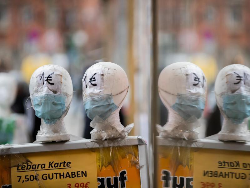 Immer mehr Menschen infizieren sich mit dem Coronavirus. Medizinische Masken sind weiterhin notwendig. Foto: Christoph Soeder/dpa