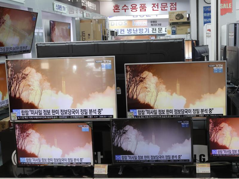 Auf Fernsehbildschirmen in Seoul wird eine Nachrichtensendung übertragen, die über einen Waffentest Nordkoreas berichtet. Foto: Lee Jin-Man/AP/dpa