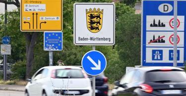 Am deutsch-französischen Grenzübergang Kehl fahren Autos nach Deutschland. Foto: Uli Deck/dpa