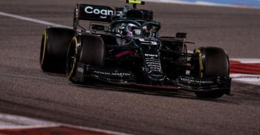 Fuhr auch in seinem neuen Dienstwagen hinterher: Aston-Martin-Pilot Sebastian Vettel. Foto: James Gasperotti/ZUMA Wire/dpa
