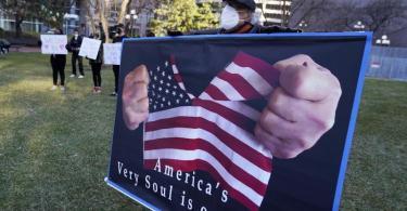 «America's Very Soul is on Trial» (etwa «Die Seele von Amerika steht auf dem Prüfstand»): Demonstrant vor dem Gerichtsgebäude in Minneapolis. Foto: Jim Mone/AP/dpa