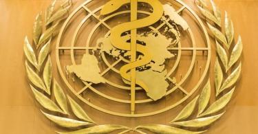 Das Logo der Weltgesundheitsorganisation WHO im europäischen Hauptquartier der Vereinten Nationen. Foto: Peter Klaunzer/KEYSTONE/dpa