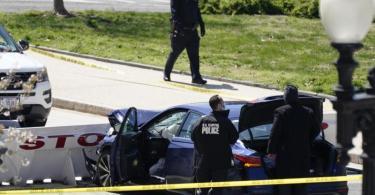 Beamte der Kapitol-Polizei stehen neben dem Auto, das eine Absperrung gerammt hat. Foto: J. Scott Applewhite/AP/dpa
