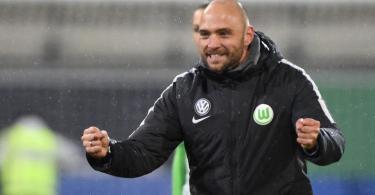Trainer Stephan Lerch und seine Wolfsburgerinnen stehen erneut im Pokalfinale. Foto: Hermann Hay/Citypress24/dpa