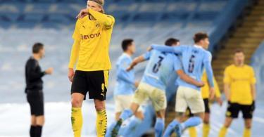 Erling Haaland steht nach dem Last-Minute-Tor von Manchester City enttäuscht auf dem Platz. Foto: Lindsey Parnaby/dpa