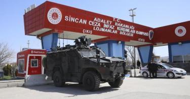 Bereitschaftspolizisten stehen vor dem Gerichtsgebäude, in dem bei einem Prozess das Urteil gegen 497 Angeklagte gefällt wurde. Foto: Burhan Ozbilici/AP/dpa