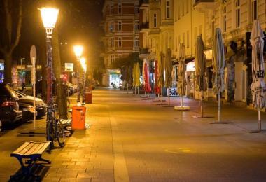 Das beliebte Schanzenviertel ist menschenleer, nachdem in Hamburg die nächtliche Ausgangsbeschränkung in Kraft getreten ist. Foto: Jonas Walzberg/dpa