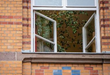 Aerosolforscher empfehlen, in geschlossenen Räumen mit häufigem Stoß- oder Querlüften Bedingungen wie im Freien zu schaffen. Foto: Christoph Schmidt/dpa