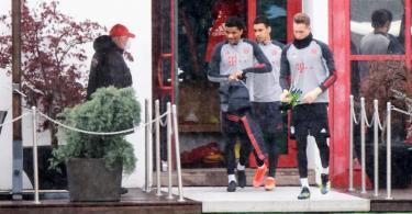 Die Spieler von Bayern München begeben sich zum Abschlusstraining. Foto: Matthias Balk/dpa