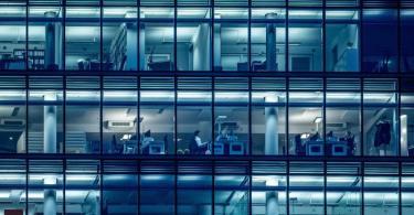 Wenige Menschen arbeiten am späten Nachmittag in einem Bürogebäude am Kurfürstendamm inBerlin. Foto: Michael Kappeler/dpa/Archiv