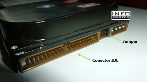 Traseira de um HD IDE (PATA) - Observe o conector e o jumper