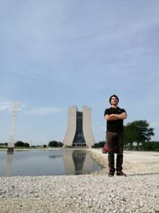 Ing. Cristaldo en las instalaciones del laboratorio de Fermilab, en Batavia, Illinois USA