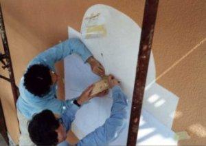 Nella foto, alle prese con la precisa sistema zione dello stilo, Paolo Albéri con Giovanni Meroi, l'abile decoratore che ha saputo ben interpretare i desideri dei padroni di casa.