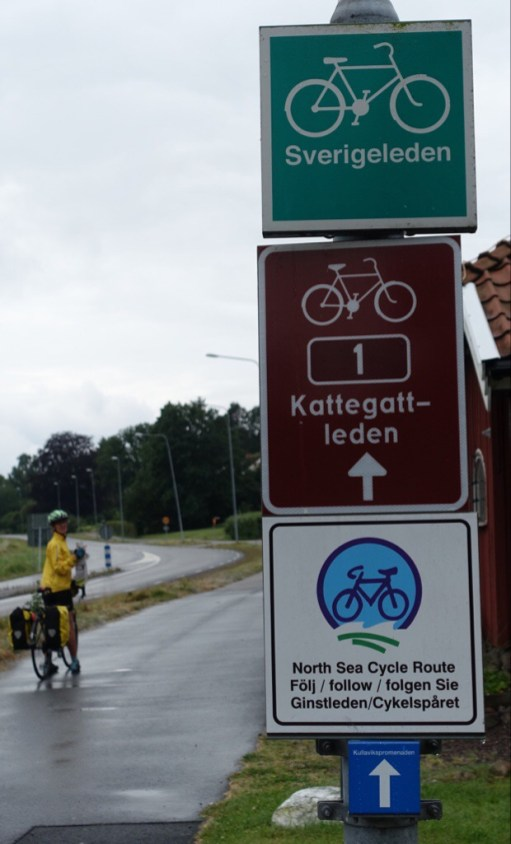 Signs for three bike routes and advice to follow the Cykelspaaret for the NSCR - but no such signs in this area.