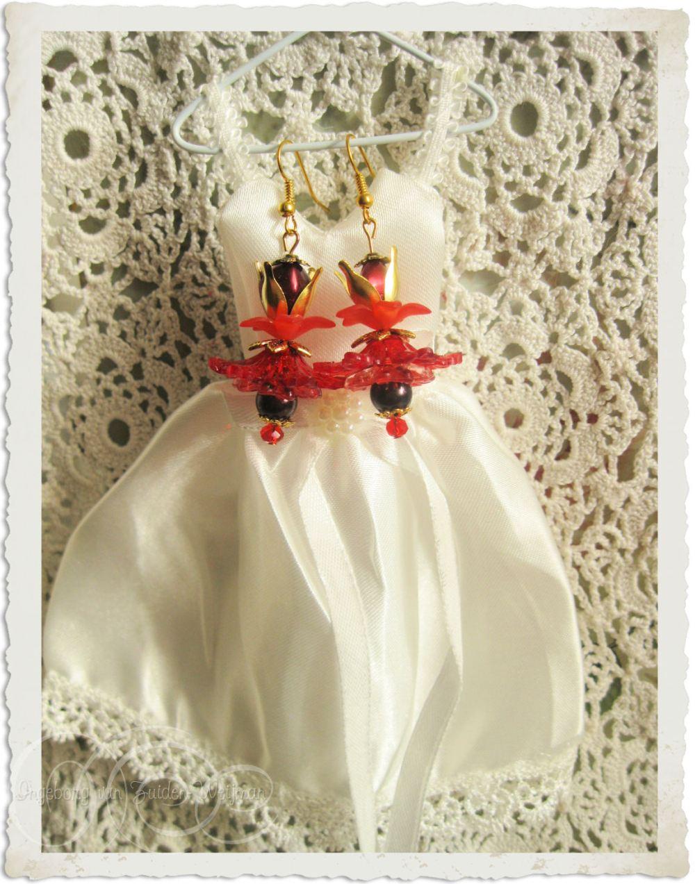 Rood gouden oorbellen met bloemen door Ingeborg van Zuiden
