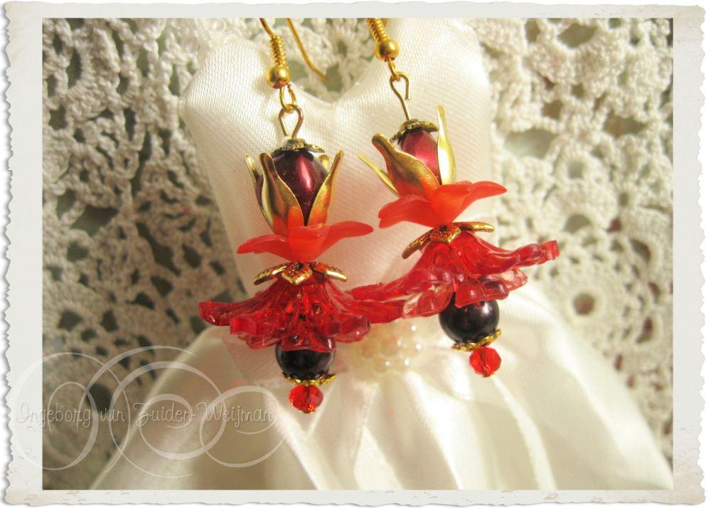 Red gold flower earrings by Ingeborg van Zuiden