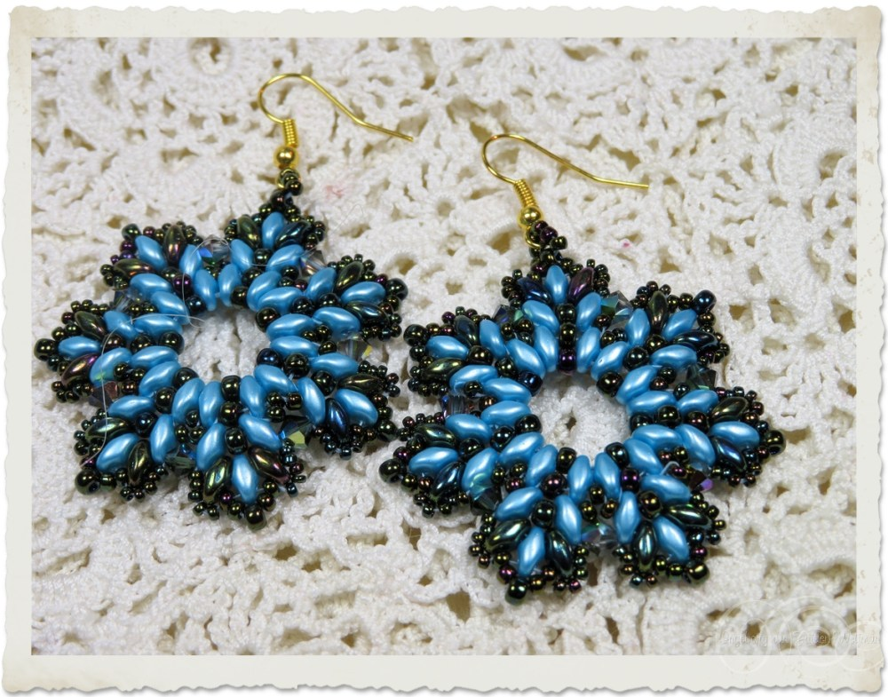 Turquoise blue star earrings with superduo beads by Ingeborg van Zuiden