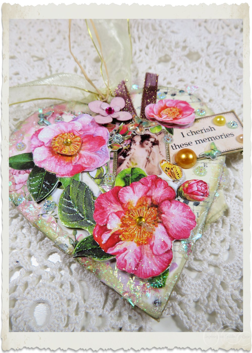 Details of pink roses on handmade heart hanger by Ingeborg van Zuiden