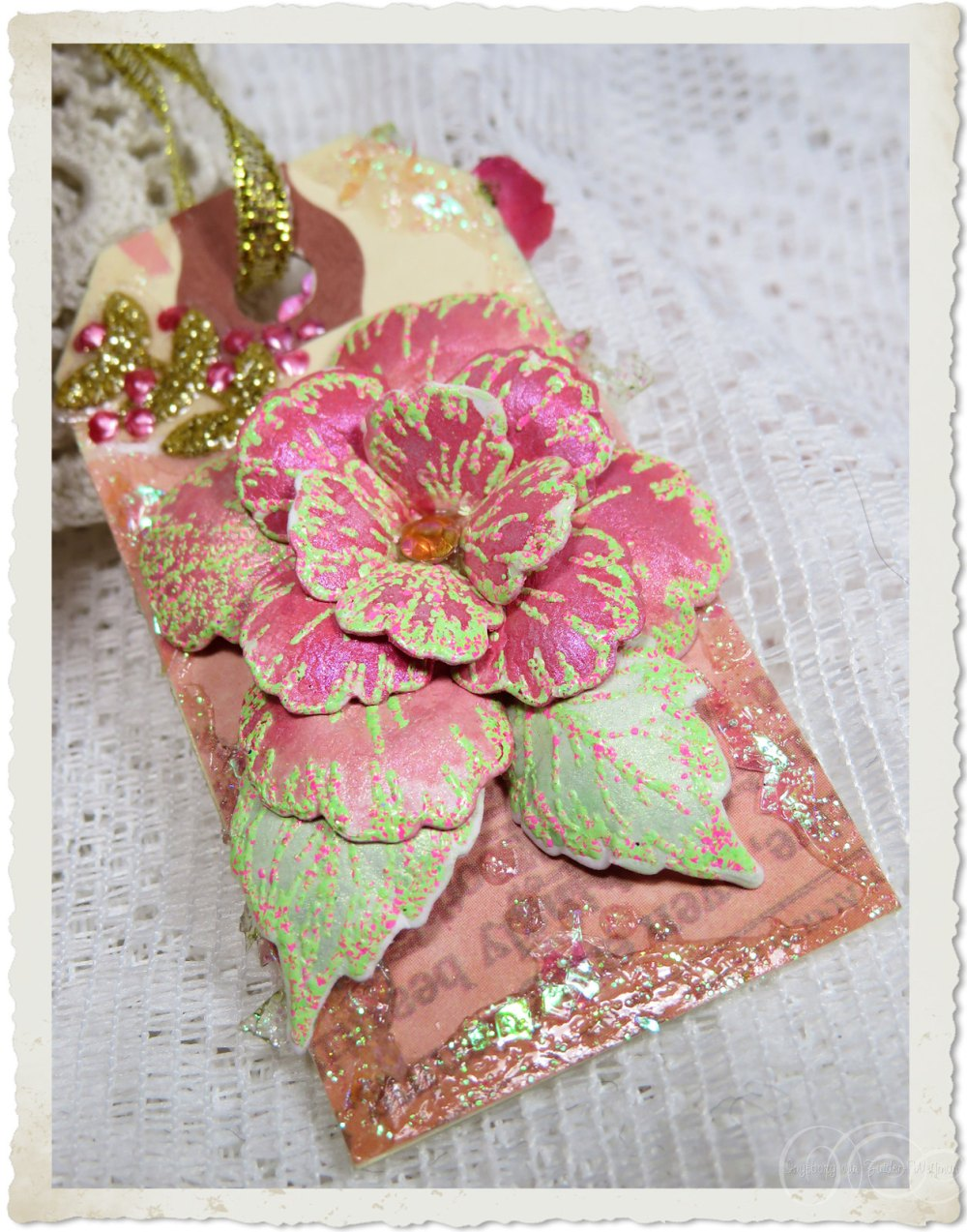 Handmade mixed media tag with pink Oakberry Lane flower from Heartfelt Creations dies and stamps by Ingeborg van Zuiden