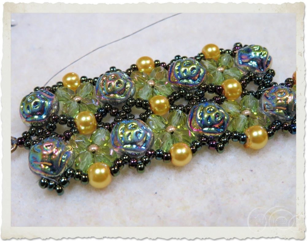 Beadweaving bracelet with cabochons
