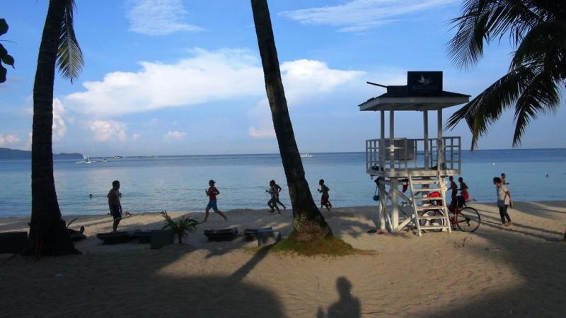Boracays utrolig smukke strand, lige efter solopgang.