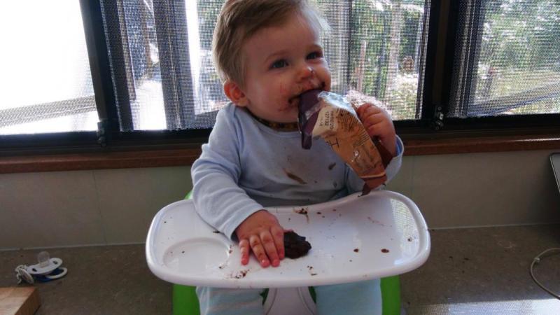 Arlie elskede at hjælpe mor i køkkenet!