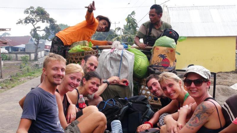 Efter 19,2 km, 1087m opad og 2700m nedad i 8 timer og 22 min nåede vi endelig Sembalun. Det er ganske ironisk, at vi alle følte at køreturen tilbage til Senaru var den farligste del af hele turen.