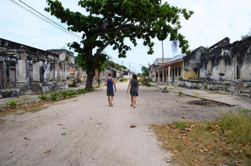 Erik og Paula i hovedgaden på Ibo