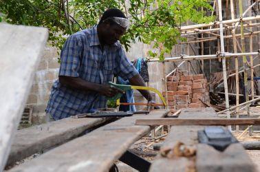 Kokken Lappi er alsidig og hjælper også til på byggepladsen