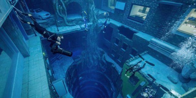 Nurek głęboko nurkujący w wodzie