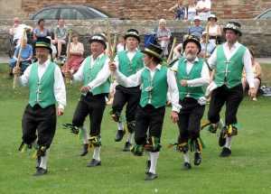 Bailarines realizando el Cotswolds Morris