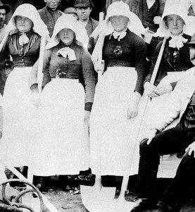 Mujeres con vestimenta antigua