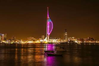 Spinnaker Tower iluminada