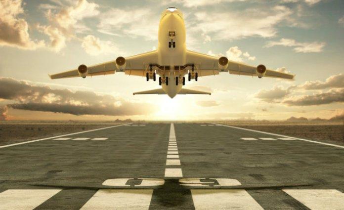 imagen de un avion despegando