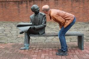 Persona hablando con una estatua