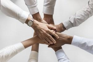 Gente apretando manos