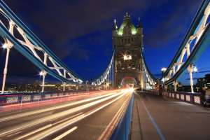 Tower Bridge con luces internas