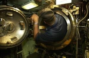 Hombre examinando submarino