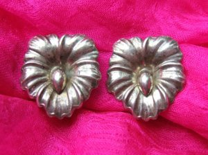 Pansy earrings in silver.