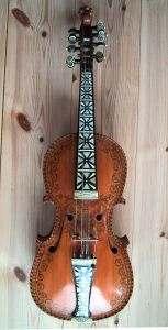 A Hardanger fiddle, made by Knut Gunnarsson Helland. Photo by Kjetil r.
