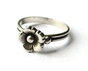 Vintage N E From single daisy sterling silver ring.