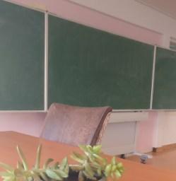 Oefenen met de grofmotorische ontwikkeling voor het schrijven op een schoolbord.